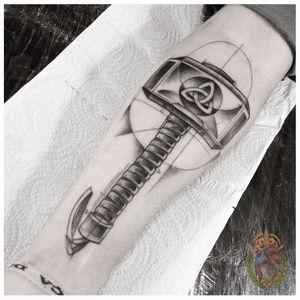 Martelo com símbolo celta #ApolonioLuz #tatuadoresbrasileiros #tatuadoresdobrasil #sketchtattoo #blackwork