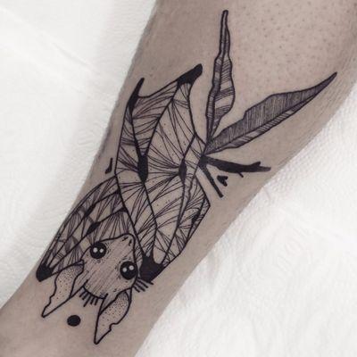 Morceguinho por Guga Scharf! #GugaScharf #tatuadoresbrasileiros #tatuadoresdobrasil #tattoobr #Curitiba #morcego #bat #blackwork #animal
