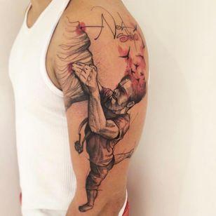 Tatuagem magnífica do artista brasileiro Lincoln Lima #LincolnLima #brazilianartist #brasil #brazil #tatuadoresdobrasil #sketchstyle #watercolor #aquarela #man #homem #camerafotografica #photography #bird #passaro #escalada #climbing