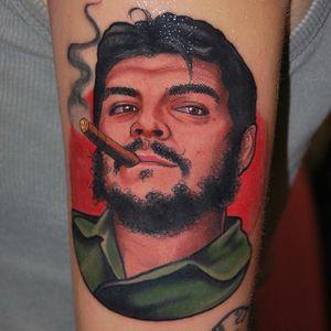 Ernesto Guevara Tattoo by Alex Ciliegia #cheguevara #cheguevaratatoo #popculture #popculturetattoo popculturetattoos #charactertattoos #portraittattoos #celebritytattoo #poptattoos #iconictattoos #AlexCiliegia