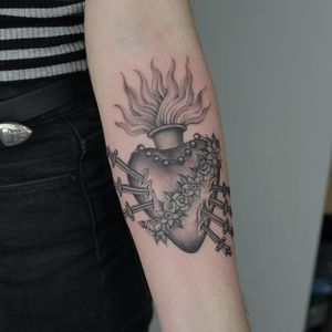 One of Ruby May Quilter's sacred hearts (IG—rubymayqtattoo). #blackandgrey #finelined #RubyMayQuilter #sacredheart