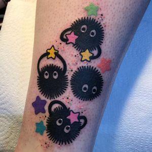 Soot Sprites tattoo by Sam Whitehead #SamWhitehead #studioghiblitattoo #color #newtraditional #anime #manga #movietattoo #SpiritedAway #sootsprite #yokai #stars #glitter #sparkle #cute