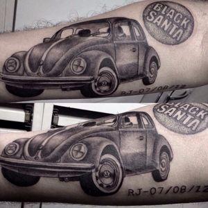 Obra da brasileira Bárbara Victal. #Fusca #Beetle #volkswagen #carro #car #automovel #carlovers #pretoecinza #blackandgrey