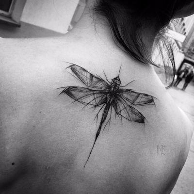 Feita por Inez Janiak #InezJaniak #libelula #libelulatattoo #dragonfly #dragonflytattoo #inseto #bug #sketchstyle #estilorascunho #blackwork