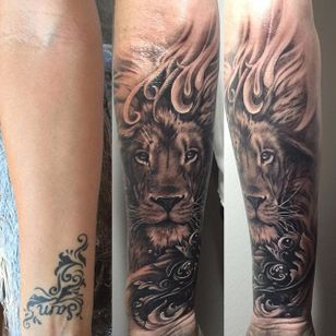 Lion cover up by Teneile Napoli. #blackandgrey #realism #blackandgreyrealism #TeneileNapoli #lion #coverup