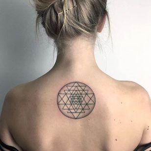 Upper back geometry. (via IG - hala.chaya) #geometric #minimalistic #zelinareissinger #linework #simple