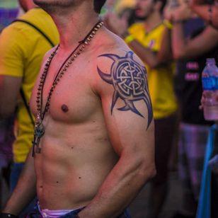 Check out this festival goer's celtic knot and tribal tattoo, photo by Rodrigo Zaim and Lucas Jacinto #tomorrowlandbrazil #festival #tattoostyle #RodrigoZaim #LucasJacinto #celtic #tribal
