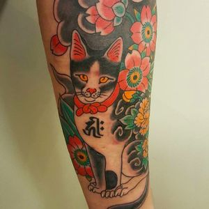 Super cool tattooed cat tattoo by Freddy Leo. #FreddyLeo #japanesestyletattoo #irezumi #BuenosAires #cat #peony #blossoms