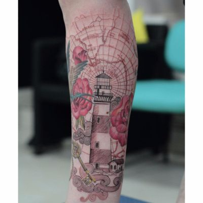 Por Deh Soares! @DehTattoo #DehSoares #TatuadorasBrasileiras #farol #lighthouse #rosa #rose #chave #key #mapa #map