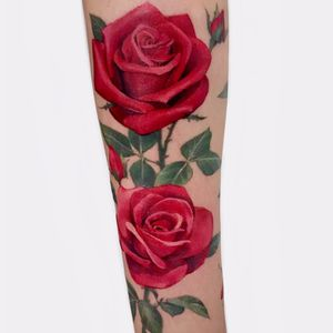 Lovely roses tattoo by Soso #Soso #KoreanArtist #color #realism #realistic #painterly #roses #flowers #rosebud #leaves #nature #plant #floral #thorns #redink #tattoooftheday