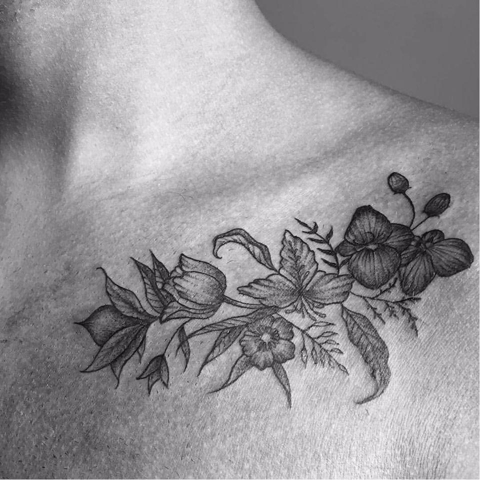 Por Jessica Rodrigues! #JessicaRodrigues #finelinetattoo #fineline #flowers #flores #tatuadorasdobrasil