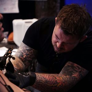 Ireland's Ross Nagle tattoos a client at Oliver Peck's Elm Street Music and Tattoo Festival 2017 - Dallas, TX. (Photo: Jessica Paige)( IG - rossnagle) #RossNagle #AllstarInk #ElmStFest