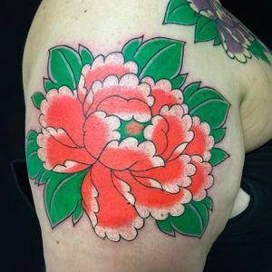 Clean and vibrant king flower. Peony tattoo by Horitou. #ThomasPineiro #Horitou #blackgardentattoo #japanese #flower #peony