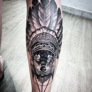 O lobo tá te encarando #BrunoFelipe #BruninhoTattoo #tatuadoresdobrasil #brasil #brazil #brazilianartist #realismo #realism #lobo #wolf #cocar #pretoebranco #blackandwithe