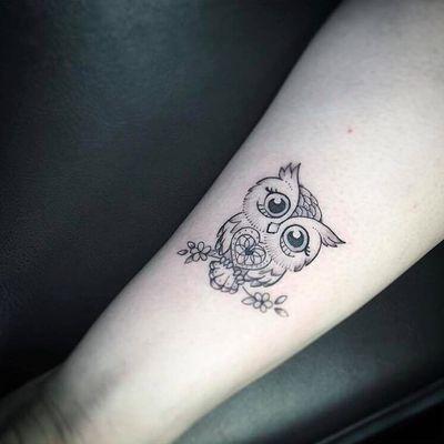 Por Jéssika Campos! #JéssikaCampos #tatuadorasbrasileiras #fineline #delicada #delicate #delicatetattoo #coruja #corujatattoo #owl #owltattoo