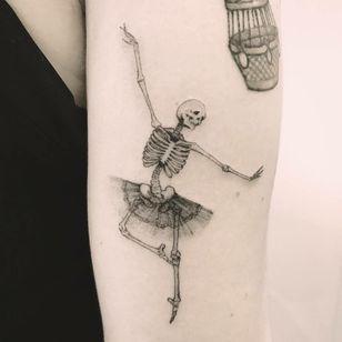 #ChiquinhoGomes #brasil #brazil #brazilianartist #tatuadoresdobrasil #delicate #delicada #fineline #blackwork #skull #caveira #esqueleto #skeleton #dance #dança #dancer #bailarina #ballet #balé #saia #skirt #tutu #pontilhismo #dotwork