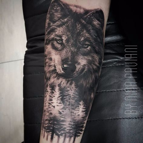 Lobo por Nina Paviani! #NinaPaviani #tatuadorasbrasileiras #tatuadorasdobrasil #tattoobr #tattoodobr #lobo #wolf #blackandgrey