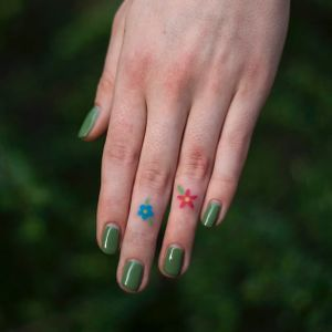 Finger flowers tattoo by Olga Handpoke #olgahandpoke #handpoketattoos #color #flower #floral #finger #matching #cute #daisy #daisies #leaves #nature #nonelectric #stickandpoke