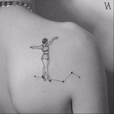 Equilíbrio #VioletaArus #gringa #minimalist #minimslista #blackwork #surrealism #surrealismo #delicada #delicate #woman #mulher #constellation #constelação #stars #estrelas #dots #pontos #equilibrio