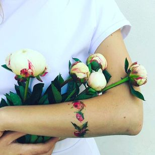 Flower buds bracelet Tattoo by Pis Saro @Pissaro_tattoo #PisSaro #PisSaroTattoo #Nature #Watercolor #Naturetattoo #Watercolortattoo #Botanical #Botanicaltattoo #Crimea #Russia