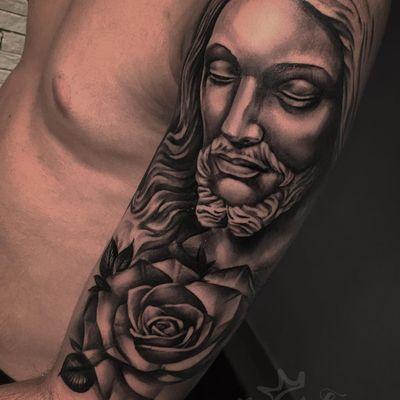 Jesus #BrunoFelipe #BruninhoTattoo #tatuadoresdobrasil #brasil #brazil #brazilianartist #realismo #realism #jesus #religion #sacra #religiosa #rose #rosa #flor #flower #pretoecinza #blackandgrey