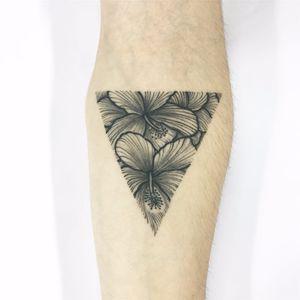 Tattoo feita por Cabelo Tattoo! #CabeloTattoo #tatuadoresbrasileiros #flores #flowers #flor #flower #flortattoo #flowertattoo #triangle #triangletattoo #triângulo #triângulotattoo