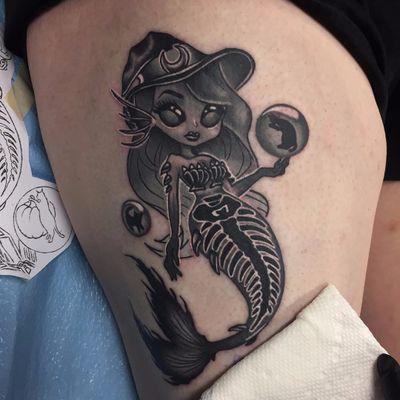 Por Alexandra Fische #AlexandraFische #gringa #neotraditional #dark #cute #fofo #trevoso #halloween #sereia #mermaid #skull #caveira #esqueleto #skeleton #witch #bruxa #gato #cat #pretoecinza #blackandgrey