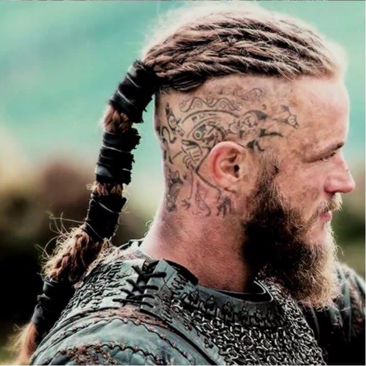 O lendário rei viking Ragnar Lothbrok interpretado por Travis Fimmel na série Vikings #Vikings #headtattoo #nordic #nórdico