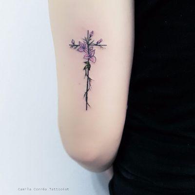 Por Camila Corrêa #CamilaCorrêa #brasil #brazil #brazilianartist #TatuadorasDoBrasil #fineline #colorido #colorful #cruz #cross #flor #flower #delicada #delicate