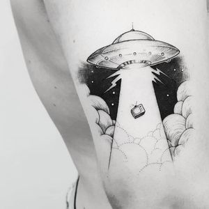 #LeoMarsiglia #brasil #brazil #brazilianartist #tatuadoresdobrasil #blackwork #fineline #pontilhismo #dotwork ##ovni #et #alien #discovoador #spaceship #tv #television #televisao #nuvem #cloud #ceu #sky #abdução #abduction