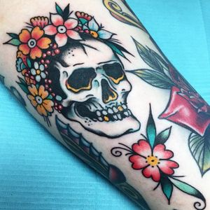 This floral skull & traditional flower fill the narrow space between larger pieces seamlessly. (via IG- @suarezism) #filler #tinytattoos #traditional #banger #skull