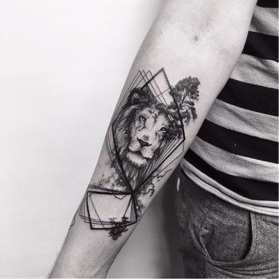 Realizada por Sara Reichardt #SaraReichardt #SamSara #gringa #blackwork #leao #lion #arvore #tree #watercolor #aquarela #geometrica #geometric #realism #realismo