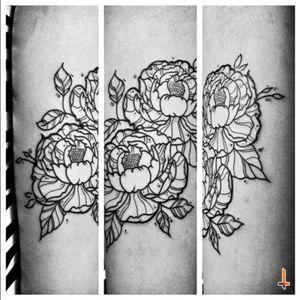 Nº351 (first session) #tattoo #ink #inked #flower #flowertattoo #peony #peonies #peoniestattoo #floral #floraltattoo #eternalink #liningblack #cheyennetattoo #cheyennetattooequipment #hawkpen #bylazlodasilva