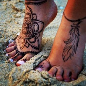 Love foot tattoos 😍 I really reconsider to get one #mandala #mandalatattoo #feather #feathertattoo #boho #bohemian #foottattoo #feettattoo