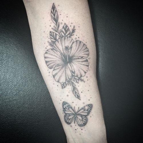 #hibiscus #hibiscustattoo #fleur #fleurtattoo #papillon #papillontattoo #butterflytattoo #butterfly #dot #dotwork #dottattoo #dotworktattoo #forearmtattoo #girltattoo #petitspoints #tattoodo #tattoooftheday #blackandwhitetattoo #blackandgreytattoo #lespetitspointsdefanny #tattoolausanne