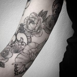 #sleevetattoo #flowertattoo #flowers #fleurs #fleurtattoo #dentelledentelletattoo #lace #lacetattoo #lacework #laceworktattoo #dotwork #dotworktattoo #dot #dots #stippletattoo #stipple #tobecontinue #tattoodo #blackandwhitetattoo #blackandgreytattoo #lespetitspointsdefanny #tattoolausanne #girltattoo #asuivre