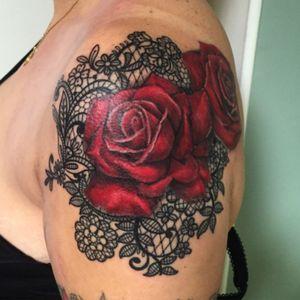 ⚡️Merci Marie-Astrid pour ta confiance 😊 🌹⚡️ - et toi, #tuveuxdutattoo ?- #tattoo #tattoos #tatouage #tatouages #ink #inked #art #lunderskin #lamaisonclosetatouage #paris #16eme #roses #rose #rosetattoo #flowertattoo #lace #lacetattoo #jewelry #jewelrytattoo #redrose #love #inkedwoman #sexytattoos