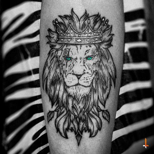 Nº132 King of the Jungle #tattoo #lion #king #crown #jungle #ornaments #blueeyes #animal #kingdom #blacktattoo #cheyenne #cheyennehawk #cheyennehawkpen #cheyennetattooequipment #hawkpen #stencilstuff #eternalink #bylazlodasilva
