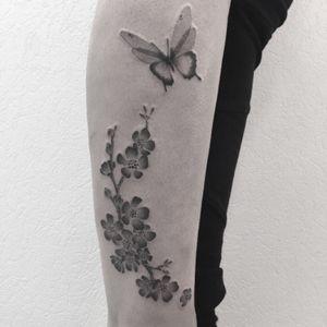 #flowers #flowertattoo #fleursdecerisier #fleursdecerisiertatouage #sakura #sakuratattoo #cherryblossom #cherryblossomtattoo #butterfly #butterflytattoo #papillon #papillontattoo #dot #dots #dottattoo #dotwork #dotworktattoo #stippletattoo #stipple #blackandwhite #blackandwhitetattoo #blackandgrey #blackandgreytattoo #welove #petitspoints #girltattoo #tattoodo #lespetitspointsdefanny #tattoolausanne