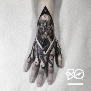By RO. Robert Pavez • Sweet Kraken • Studio Nice Tattoo • Stockholm - Sweden 2016 • Please! Don't copy® • #engraving #dotwork #etching #dot #linework #geometric #ro #blackwork #blackworktattoo #blackandgrey #black #tattoo