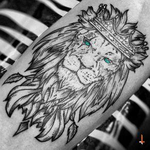 Nº132 King of the Jungle (detail) #tattoo #lion #king #crown #jungle #ornaments #blueeyes #animal #kingdom #blacktattoo #cheyenne #cheyennehawk #cheyennehawkpen #cheyennetattooequipment #hawkpen #stencilstuff #eternalink #details #bylazlodasilva