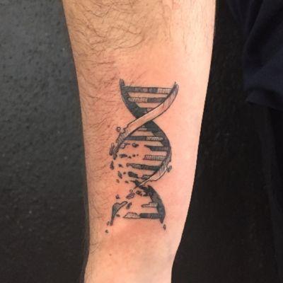 #dna #dnatattoo #adn #tattoo #tattoolife #tattooartist #balckwork #smalltattoo #finelinetattoo #armtattoo #halfsleeveinprogress #mexican