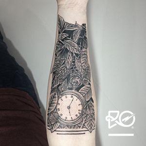 By RO. Robert Pavez • Hidden Skull in the leaves and pocket watch • #engraving #dotwork #etching #dot #linework #geometric #ro #blackwork #blackworktattoo #blackandgrey #black #tattoo #pocketwatch