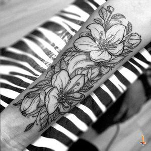 Nº272 #tattoo #tatuaje #ink #inked #flowers #flower #flowertattoo #leaf #leafs #nature #floral #floraltattoo #blacktattoo #eternalink #bylazlodasilva Designed by Leonardo Torres