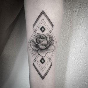 #mandala #tattoo #rose #rosetattoo #mandalatattoo #dotwork #dotworktattoo #lespetitspointsdefanny