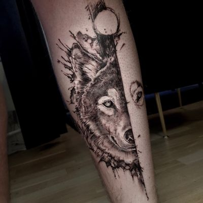 The split wolf #wolf #wolftattoo #tattoowolf #wolfpack #animal #tattoooftheday #tattoo