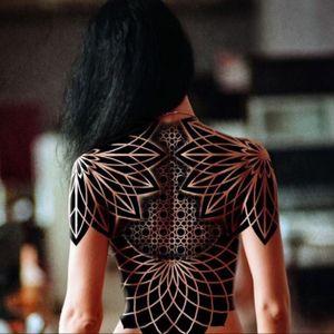 #fullback #shoulders #blackworktattoo #black #patterns #woman #femaletattoo #severovroma @severovroma #Mehndi #geometical #Ornament