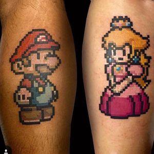 Tatuagem de casal por Matheus Sacom. #tattoodo #TattoodoBrasil #TattoodoBrazil #TattoodoApp #TattoodoBR #mario #princesspeach #nintendo #princesa #gamer #games #videogame #nerd #geek #colorida #colorful #tatuagemdecasal #coupletattoos #MatheusSacom