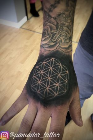 Flower of life tattoed on hand by Pedro Amador #floweroflife #geometric #blackandgrey #handtattoo #negativespace