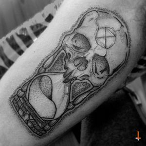 "Nº97 Hourglass Skull ""the extinction of time"" #tattoo #hourglass #skull #time #sandoftime #symbol #extinction #dotwork #lines #mystyle #bylazlodasilva"